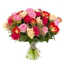 ramo de rosas rojas, crema, rosas y rosas bicolor