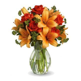 ramo de lirios naranjas y rosas rojas