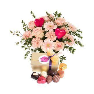 ramo con gerveras, rosas y claveles rosados con corazón y caja de bombones