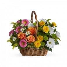 cesto de rosas con margaritas variados