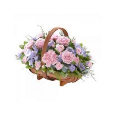 cesto de rosas rosados con estatis moradas y fresias