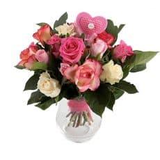 ramo de rosas rosados, rosas blancos y rosas bicolor con corazón