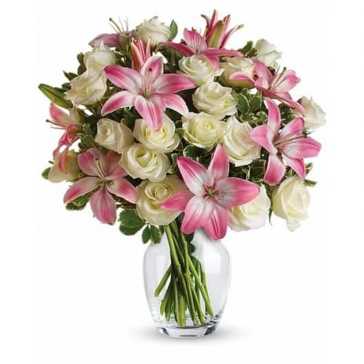 ramo de lilium oriental rosado con rosas blancas