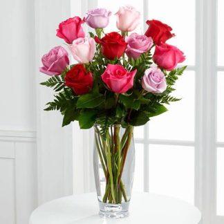 jarrón de rosas morados, rojos, y rosas, light roses