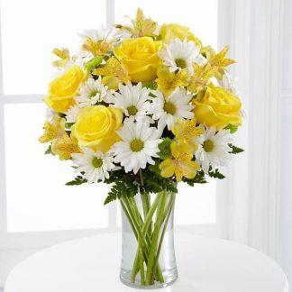 ramo de flores lleno de vida y alegres con margaritas y rosas amarillas, sunchine bouquet