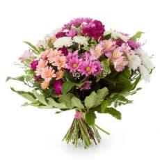 ramo de margaritas blancas, margaritas moradas y flores campestres