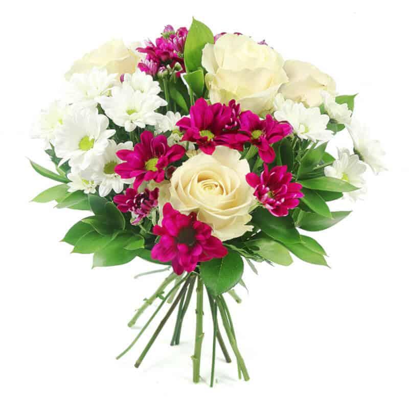 ramo de rosas blancos con margaritas moradas y blancas