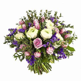 ramo de tulipanes con rosas y peonías blancas