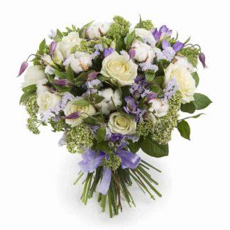 ramo de rosas blancas con flor de algodón y siempre vivas