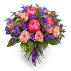 ramo de peonías con rosas y siempre vivas moradas