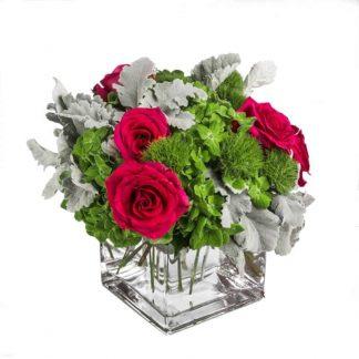 centro de mesas con rosas y verde, flores para bares y restaurantes